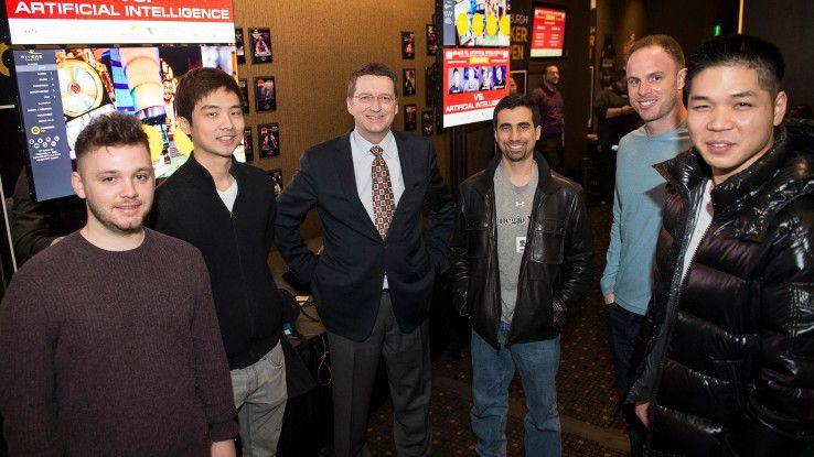 Libratus hat die Profi-Pokerspieler besiegt. Tuomas Sandholm (Mitte mit Krawatte), der das Projekt an der Carnegie-Mellon-University geleitet hat, freut sich über den Erfolg seines KI-Systems.