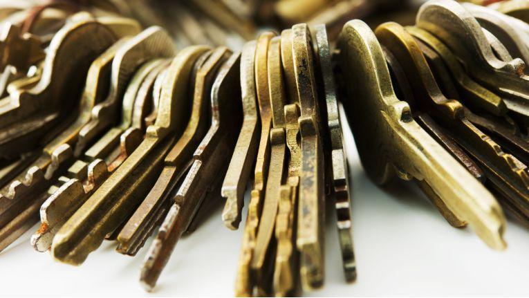Wer durch Fahrlässigkeit den Diebstahl seines Wohnungsschlüssels ermöglicht, kann keinen Anspruch auf Entschädigung aus seiner Hausratversicherung haben, wenn mithilfe des Wohnungsschlüssels Gegenstände aus seiner Wohnung entwendet werden.