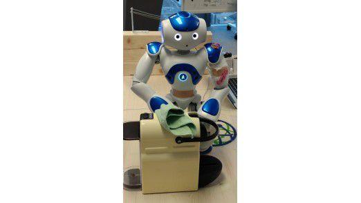 Ein Roboter lernt im Watson IoT Center Kaffee kochen und säubert die Maschine nach Gebrauch.