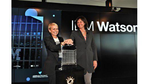 Ilse Aigner und Harriet Green nehmen das Watson IoT Center per Knopfdruck offiziell in Betrieb.
