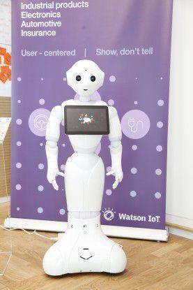 Am Eingang zum Industry Lab empfängt Roboter Pepper den Besucher. Nach eigenem Bekunden ist Pepper trotz ihres Namens eine Frau.