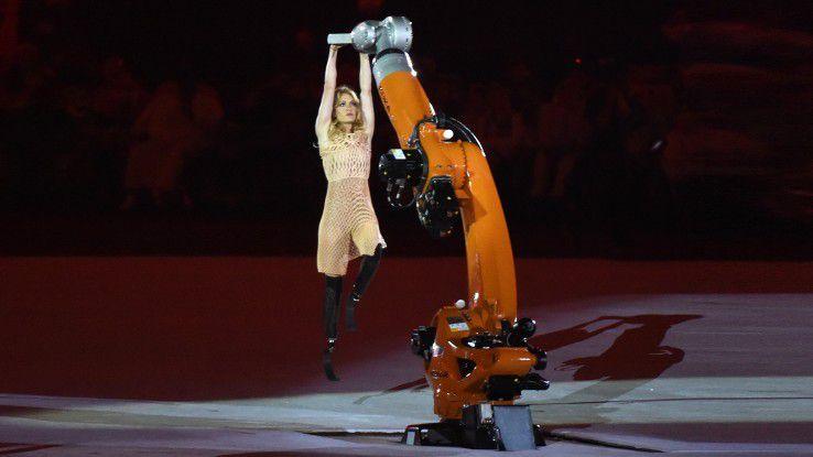 Bei den Eröffnungsfeiern der Paralympics tanzt eine junge Athletin mit Unterschenkelprothesen Samba mit einem Industrieroboter.