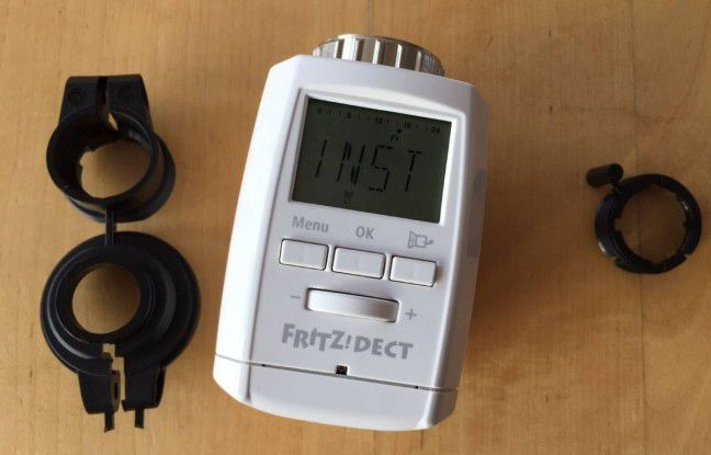 Unsere Fritz Dect 300 während der Koppelung mit unserer Fritzbox 7490. Daneben liegen die drei mitgelieferten Adapter, die wir allerdings nicht benötigen.