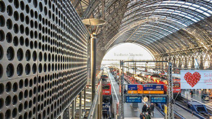Nie mehr eine Durchsage überhören: Das Audiosystem des Startups Holoplot aus Potsdam wurde schon einen Tag im Bahnhof von Frankfurt am Main getestet. Künftig soll es in Bahnhöfen die Akustik verbessern.