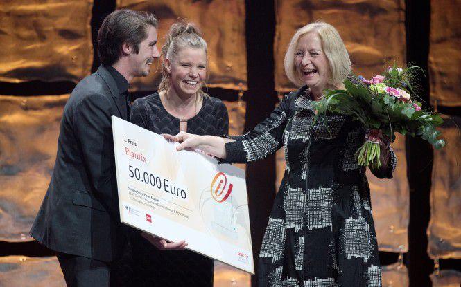 Bundesforschungsministerin Johanna Wanka (rechts) gratuliert den Siegern des CeBIT Innovation Award, dem Startup Peat aus Hannover.