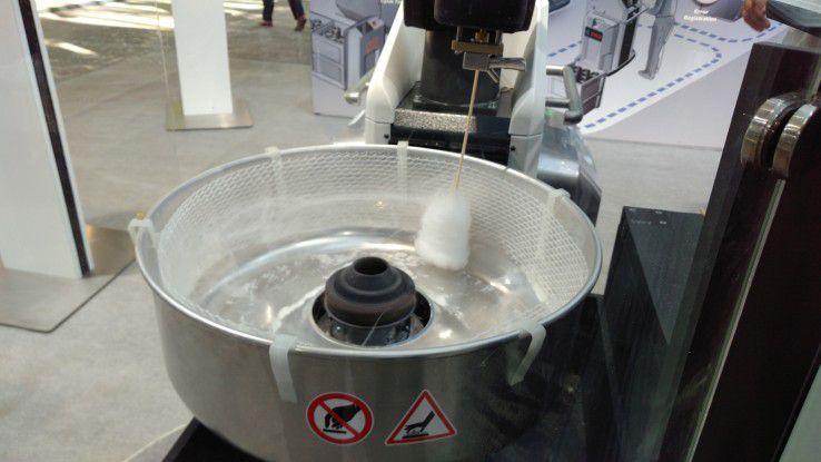 Roboter bereitet Zuckerwatte zu.