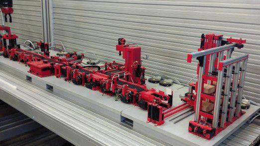 Ein weiteres Schwerpunktthema ist die Digitale Fabrik. Im Bild ein Demo-Exponat aus dem Accenture IoT Lab Garching.