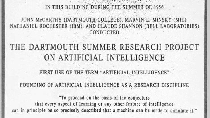 """Eine Tafel am Gebäude des Dartmouth College erinnert an die legendäre Konferenz von 1956, auf der der Begriff """"Artificial Intelligence"""" ins Leben gerufen wurde."""