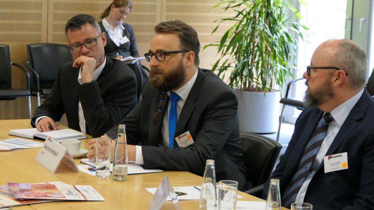Rege Diskussionen rund um das Thema IAM (v.l.n.r.): Stephan Schweizer (AdNovum), Sascha Hombach (Capgemini), Jason Goode (Ping Identity)