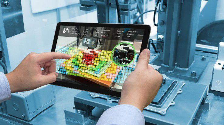 Praktisches Lernen direkt in der Fertigung mit einer Schulungs-App auf dem Tablet.