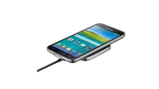 Upgrade-Paket fürs kabellose Laden: Das Samsung Ladeset EP-WG900 macht das Galaxy 5 mit Smartcover und Ladepad kompatibel mit der Spezifikation Qi.