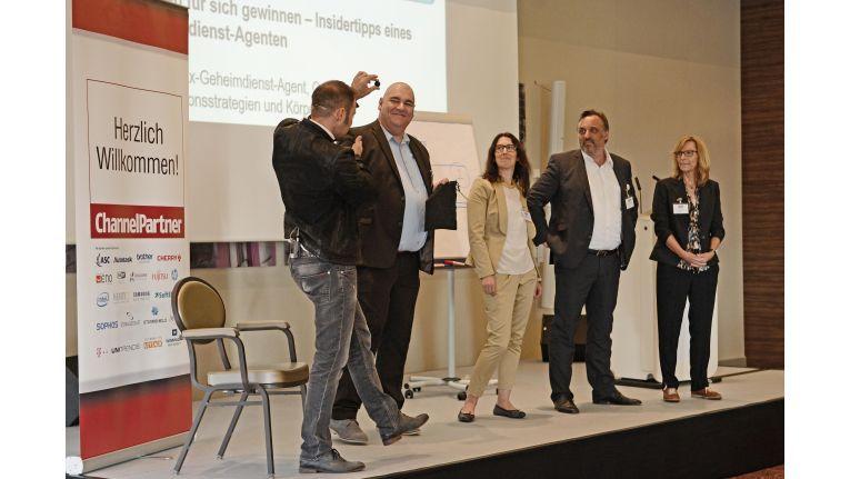 """Interaktivität ist gefragt: Leo Martin mit vier mutigen Probanden auf dem Systemhauskongress """"Chancen 2016"""" in Düsseldorf."""