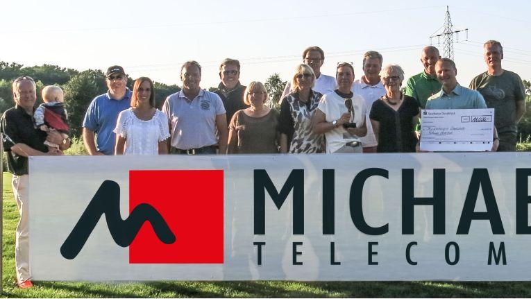 Stolz präsentieren die Sieger und Veranstalter des MichaelTelecom Golfcup 2015 einen Scheck über 11.000 Euro für das Kinderhospiz in Syke.