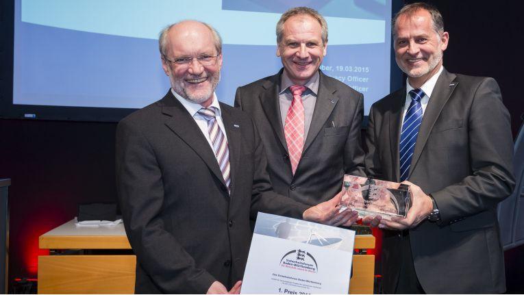 Schmalz-Geschäftsführer Wolfgang Schmalz (links), Datenschutzbeauftragter Hermann Huber (rechts) mit Innenminister Reinhold Gall bei der Preisverleihung des Sicherheitspreises 2015 (Messe Stuttgart)