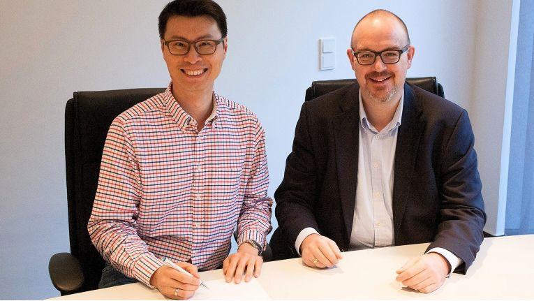 Steven Chua, Director von Cortex I.T. Labs, und Volker Lang Co-Gründer und CEO bei Ebertlang, unterzeichneten den Vertrag stellvertretend für ihre Unternehmen.