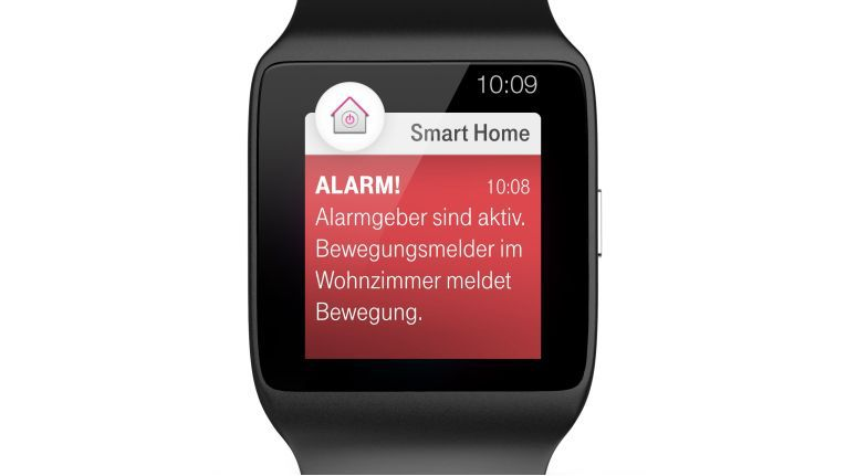 Auf der SmartWatch wird der Telekom Smart Home-Nutzer darüber informiert, dass die Tür zu seinem Haus aufgebrochen wurde.
