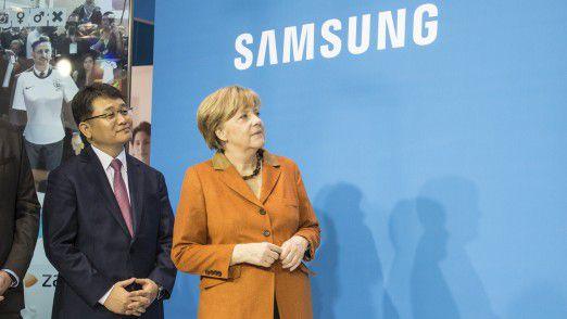Bundeskanzlerin Angela Merkel machte auf ihren CeBIT-Rundgängen regelmäßig auch am Samsung-Stand Halt, wie hier auf der CeBIT 2014.