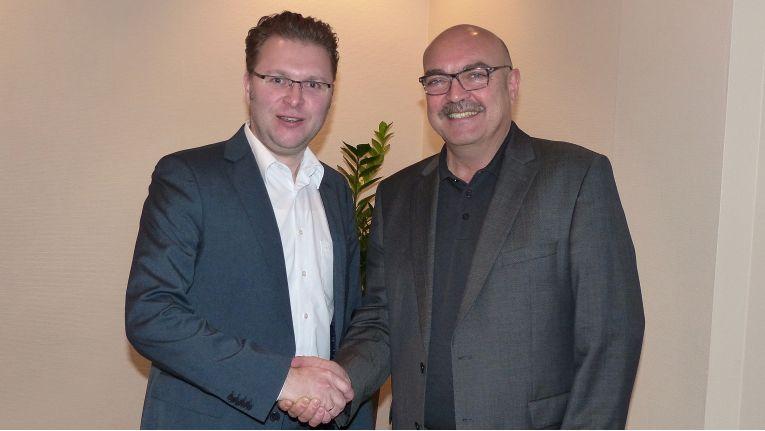 """Thorsten Brouwer, Key Account Manager bei ENO, und Franz Schnur, Geschäftsführer der Telering, nach der Vertragsunterzeichnung. Die Mainzer seien sehr glücklich, dass sie ihren Fachhändlern pünktlich zu Weihnachten ein solch wertvolles """"Geschenk"""" überreichen können."""
