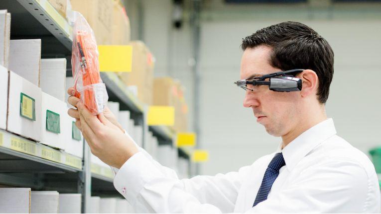"""Nach einer intensiven Erprobungsphase wird die Vision des """"Hands-free Picking"""" im Zentrallager von Bechtle Realität. Seit wenigen Wochen steuern Mitarbeiter in Neckarsulm eine Reihe von Vorgängen durch Smart Glasses."""