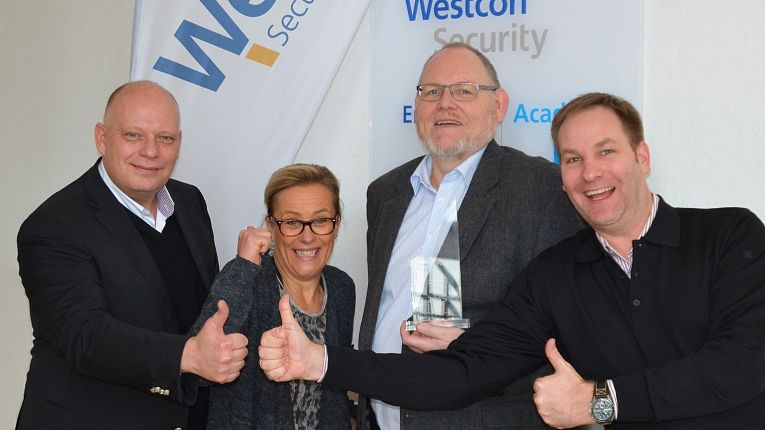 "Westcon wurde von HP Enterprise als ""Best Performing Security Distributor DACH"" des Jahres 2015 ausgezeichnet. Im Bild sind von links gesehen: Robert Jung, General Manager, Evelyn Vogt, Leiterin des Business Developments, und Jürgen Kerstan, BDM, alle Westcon, sowie Ralf Stadler, Manager Security Distribution EMEA bei HP Enterprise."