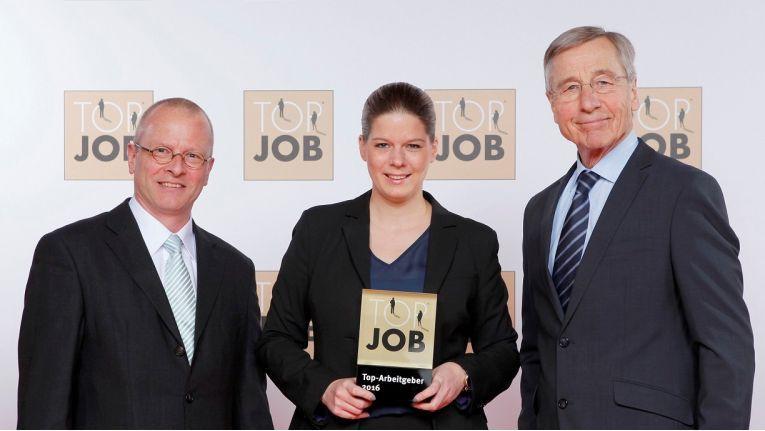 Bei der Verleihung des Top Job-Siegels sind auf dem Foto von links nach rechts: Prokurist Martin Dotterweich, Bereichsleiter Entwicklung + QM und Anna Etzel, Bereichsleiterin Personal von der Profi AG sowie Top Job-Mentor Wolfgang Clement.