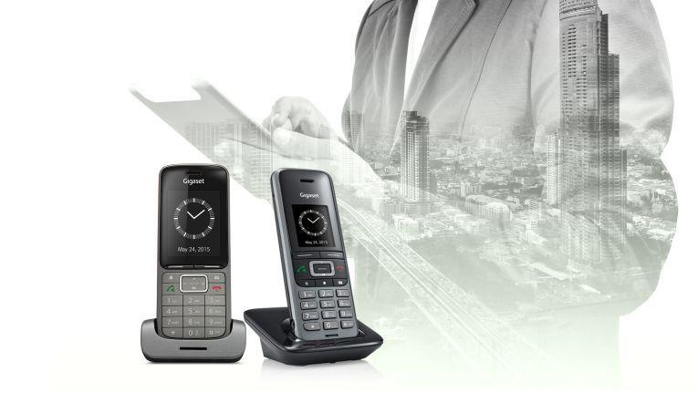 Die DECT-Telefone elmeg D131 (re.) und D141 (li.) sind auch für rauere Umgebungen wie Produktionsbetriebe oder Krankenhäuser geeignet.