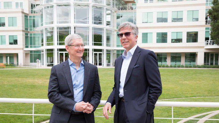 Apple-CEO Tim Cook und SAP-CEO Bill McDermott verkünden am Apple-Campus in Cupertino eine neue Parterschaft, um die geschäftliche Nutzung von iPhones und iPads zu 'revolutionieren'.