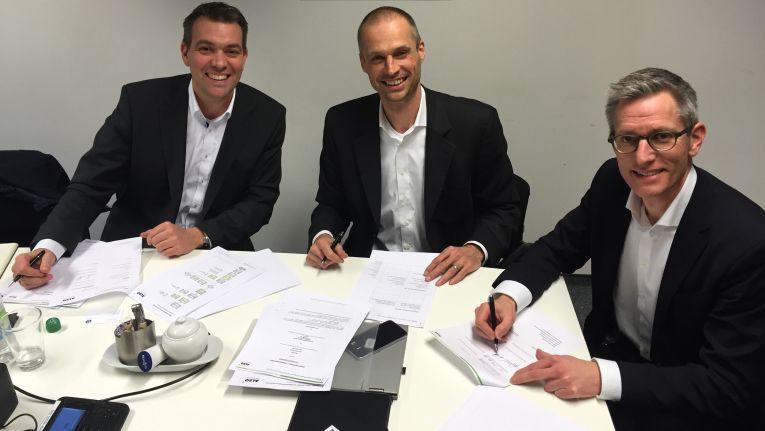 Christoph Dietz, Geschäftsführer Beteiligungen bei Also Deutschland; Dr. Gerald Kromer, Chief Executive Office und Thomas Muschalla Vice President Sales. beide bei der Nfon AG, freuen sich auf die künfigte Zusammenarbeit.
