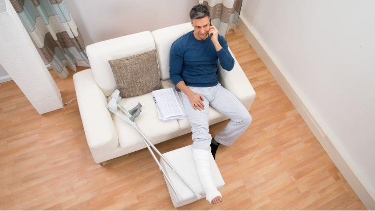 Bricht ein Arbeitnehmer sich das Bein und wird aufgrund dessen arbeitsunfähig, bekommt er eine Entgeltfortzahlung von maximal sechs Wochen.
