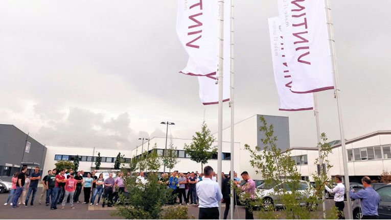 Seit 01. August 2016 wehen die neuen Fahnen an der Firmenzentrale in Sennfeld.