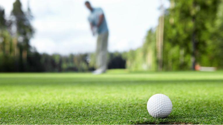 Nicht immer landet der Golfball dort, wo er hin soll, sondern ganz wo anders.