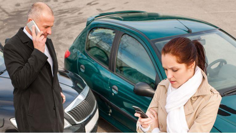 Wer zahlt bei einem Unfall auf dem Parkplatz?
