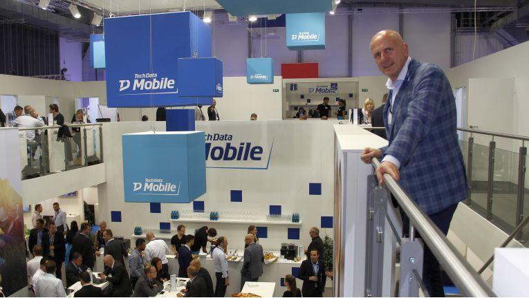 Michael Dressen, Regional Managing Director bei Tech Data Deutschland und Österreich, hat das Treiben am Tech Data Mobile-Messestand auf der IFA im Blick.
