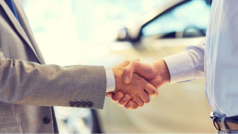 Wenn Ausstattungsmerkmale in einem Auto fehlen, kann der Fahrzeugkäufer zum Rücktritt vom Kaufvertrag berechtigt sein.