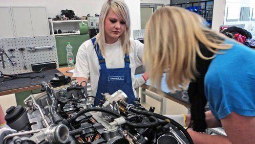 """Die Jobaussichten sind glänzend, und der Verdienst stimmt - trotzdem machen viele Mädchen und junge Frauen in Deutschland noch immer um technische Berufe einen großen Bogen. Veranstaltung wie der """"Grils Day"""" bei Volkswagen sollen das ändern."""