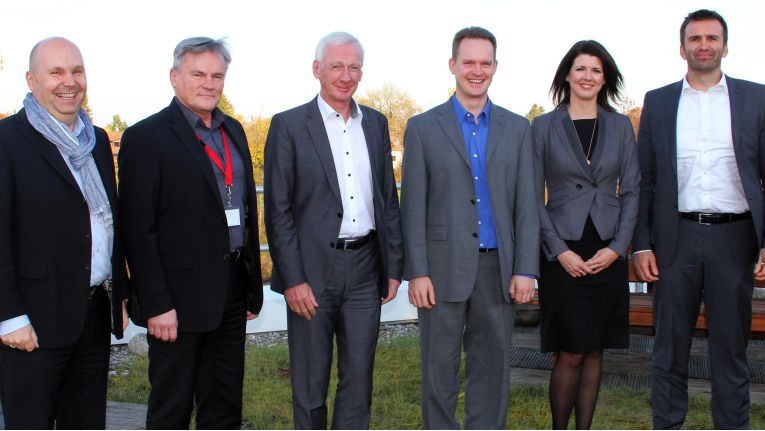 Über den Dächern von Dornach: Peter Wüst (NetApp), Wolfgang Herold (Teamix), Klaus Donath (Ingram Micro), Oliver Kügow (Teamix), Beate Köhler-Fricke (Ingram Micro) und Maik Höhne (NetApp) besiegeln ihre Partnerschaft.