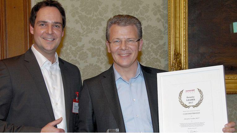 Von links: Heiko Henkes, Director Advisor bei Experton, hat die Auszeichnung an Werner Schwarz, VP Competence Center Security Solutions bei Cancom, überreicht.