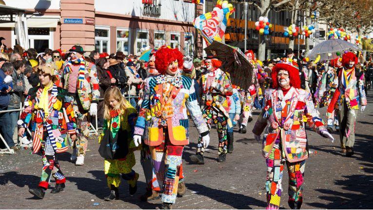 Rosenmontagsumzug in Maiinz: Im Rheinischen ist der Rosenmontag quasi ein Feiertag. Die allermeisten Menschen brauchen nicht arbeiten, sondern müssen feiern. Andere fliehen, möglichst weit weg.
