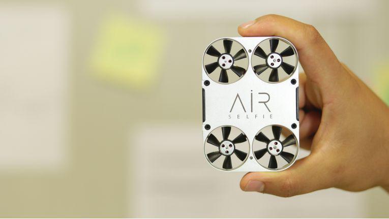 Die Selfie-Drohne AirSelfie wiegt nur 61 Gramm und ist nicht viel größer als ein handelsübliches Smartphone.