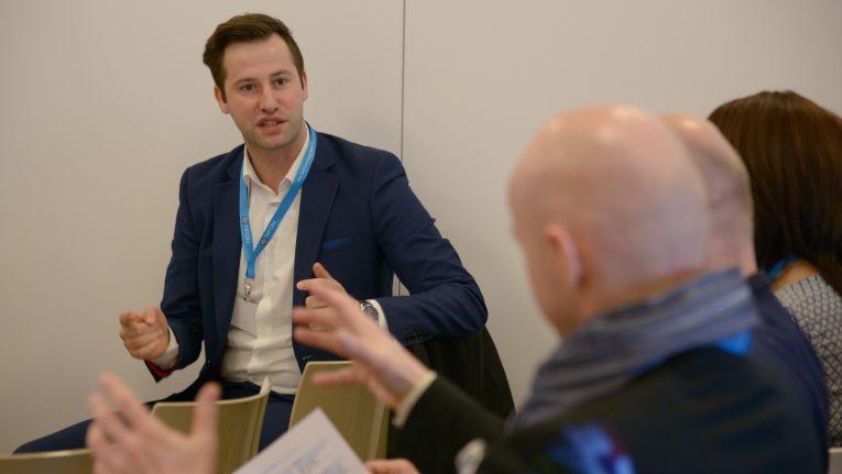 Naim Sassi, Vetriebsleiter bei dem HPE-Gold-Partner Netgo, nimmt seine Zuhörer im Workshop auf eine Reise zu den Cloud-Anfängen.