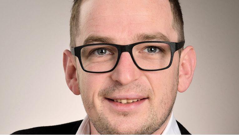 """""""Mit unseren neuen Produkten bieten wir preisgünstige Lösungen für das Verbinden von Geräten mit unterschiedlichen Steckern."""" Peter Heller, Produktmanager bei der Jöllenbeck GmbH"""