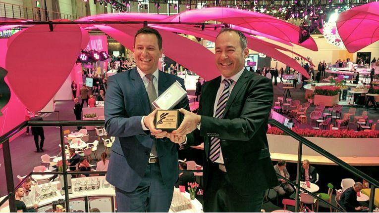 Am 23. März 2017 überreichte CEO Alexander Lopez (rechts) von Bintec Elmeg, als Anerkennung für hervorragende gemeinsame Zusammenarbeit, den Champions Award an Thomas Spreitzer, SVP KMU Segment und Partnervertrieb bei Telekom Deutschland.