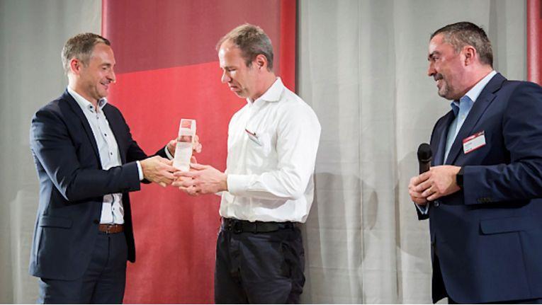 Bernd Orth (links), Channel Director Partner Management bei Fujitsu Deutschland, überreicht den Award an Michael Gosch, Leiter der Concat-Geschäftsstelle Hamburg. Rechts freut sich Louis Dreher, Senior Director Channel Managed Accounts.