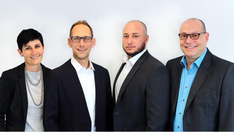 Von links nach rechts zeigen sich Prokuristin Sonja Bleicher, Geschäftsführer Michael Bleicher, Prokurist Marco Kuhn und Fertigungsleiter Dirk Huck startbereit für weiteres Wachstum.