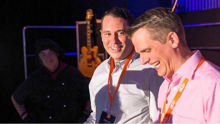 Die Netgo-Geschäftsführer Patrick Kruse und Benedikt Kisner (rechts) haben beim Anschneiden der Geburtstagstorte sichtlich Freude.