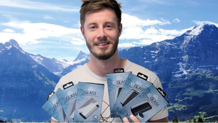 Produktmanager André Schöne von der ENO telecom GmbH präsentiert die neuen Eiger-Schutzgläser.