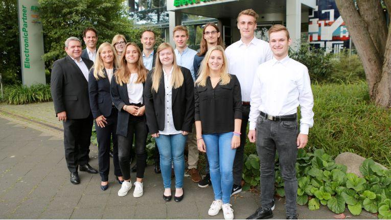 Friedrich Sobol (1. v. l.), Vorstand ElectronicPartner, begrüßt mit Nicole Jungkamp (3. v. l.) und Mark Kappes (2. v. l., beide Personalentwicklung) die neuen Auszubildenden am Standort Düsseldorf