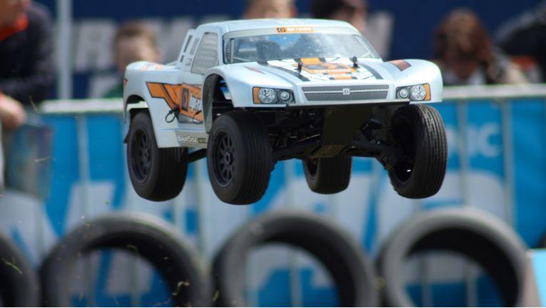 Modellautos in voller Aktion gibt es auf der Freifläche von Conrad bei der Maker Faire in Hannover zu sehen