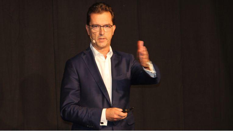 Hans Szymanski, CEO bei NFON, begrüßt bei Partnertag die anwesenden NFON-Händler.