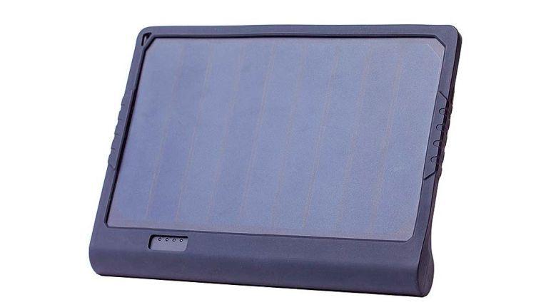 Eine praktische Lösung zum Aufladen des Smartphone-Akkus bietet das Powertab von Sunnybag. Das aufstellbare A4-Solarpanel mit 6000-mAh-Akku hat als Bonus eine Leselampe eingebaut.
